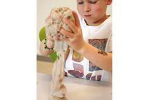 'Kinetisch zand': zand dat geschikt is voor gebruik binnenshuis / Spelen met zand in beweging is een magische en betoverende ervaring en geeft een moment van ontspanning. Het zand glijdt als het ware als water door je hand, de structuur van het zand is zacht en open. Geschikt om kleine, lage vormen van te maken. Het stimuleert de creatieve ontwikkeling en de fijne motoriek. Geschikt voor kinderen vanaf 3 jaar.