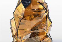 大久保製壜所厳選選 Various bottle㉞ / 大久保製壜所厳選ボトル第34回目は、さまざまなハチミツ用のびんを集めてみました。どれもデザイン性に優れていて、思わずインテリアとして飾っておきたくなるものばかりです。