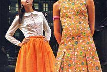 60s inspirace / móda 60. let; romantický a elegantní styl; krajky, volánky, sámky, zajímavé detaily, fiží, kontrastní límečky a manžety, přirozený pas, také inspirace pánskou módou