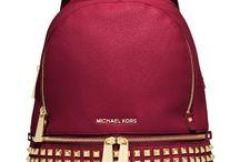 Mochilas e bolsas / Muitas bolsas e mochilas de variadas marcas mas a principal é a do Michael Kors. Bjs.