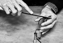 Les gestes de mon opticien / Les opticiens Perceval réalisent toutes vos lunettes à la main. Ils vous proposent des collections de lunetiers artisanaux mais aussi de grandes marques.  Quel que soit votre choix, nous accordons la même attention à vos lunettes.   Un métier minutieux et technique en perpétuelle évolution.
