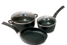 SignoCAST® / Berndes SignoCAST® pans are constructed with vacuum-pressure cast aluminum and feature the Dupont Autograph 2 Gourmet Non-Stick surface to protect against sticking and burning. Ergonomically designed phenolic (high temperature safe plastic) handles facilitate safe and easy transporting of pan.