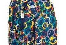 Mochilas Smiley World / Smiley nos trae uno de los iconos más reconocidos de los últimos años, que ahora da el salto a nuestras mochilas escolares, estuches, mochilas con carrito, maletas trolley, maletas de mano y todos los productos que puedas imaginar.