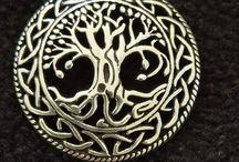 Vikinge smykker Vedhæng, økse, solkors, brakteat, troldkors i Sølv og Bronze / Her finder du vores forskellige vedhæng i Sølv og Bronze. Økse hoveder, solkors, Spinde gudinde, Loke, Yggdrasil, Triskele, Heddeby mønt, Ribe mønt, Wodan, Odin på Sleipnier mm