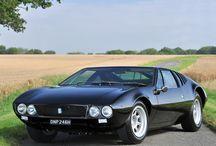 De Tomaso / デ・トマソ(De Tomaso )は、イタリアの自動車メーカーで 1959年にデ・トマソ・アウトモビリとして、アルゼンチン出身のアレハンドロ・デ・トマソがイタリアのモデナに設立した。アレハンドロは技術者でも、新事業を積極的に立ち上げることに野心を燃やす実業家でもなく、レーサーとして腕を鳴らした人物だった。2003年にアレハンドロが亡くなり、会社は2004年5月に解散された。その後2009年11月、フィアットの元重役であったイタリアの実業家ジャン・マリオ・ロシニョーロが商標権を取得。2011年ジュネーブモーターショーにて「デ・トマソ」ブランドで新型車を発表、新生デ・トマソとして復活した