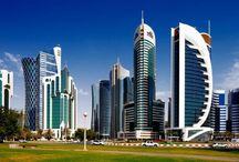 Catar / La seua Extensió és de 11 586 km². La població actual es de  2 115 184 habitants. La seua capital es Doha. Aques país limita, en l'oest, la petita península de Catar, en l'est,  una única frontera terrestre i al sud, amb Aràbia Saudita. mentre que en la resta del territori ho banyen les aigües del golf Pèrsic.