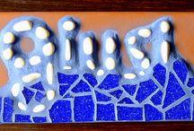 """ricomporre le fratture / Arte del mosaico: tradizionale e trencadís.  Quando i giapponesi riparano un oggetto rotto, valorizzano la crepa riempiendo la spaccatura con dell'oro. Essi credono che quando qualcosa ha subito una ferita ed ha una storia, diventa più bello. Questa tecnica è chiamata """"Kintsugi."""" E la domanda è: occultare l'integrità perduta o esaltare la storia della ricomposizione?"""