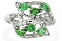 Bijoux aux couleurs vertes / Découvrez notre sélection de bijoux en or et en argent sertis de pierres fines et précieuses véritables aux couleurs vertes.