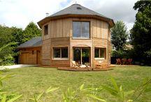 Maison de cèdre d'extérieur / Une maison de cèdre, c'est un habitation saine et ouverte sur son environnement. Une vue panoramique, un habitat bioclimatique, et une maison originale. Aucune Maison de Cèdre ne ressemble a une autre.  Découvrez ici, quelques unes de nos réalisations