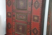 Selský malovaný Nábytek : https://www.antiquemobel.cz/vyber-starozitnosti/selsky-malovany-nabytek