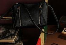 Dámske kožené tašky / Dámske kožené tašky z pravej kože, syntetickej kože, eko kože alebo iných luxusných látok. Ponúkame Vám široký výber dámskych tašiek z pravej kože. Dámske kožené tašky sú elegantnou voľbou na každodenné nosenie do práce, knižnice, na rokovanie alebo len tak na von na každodenné nosenie. Luxusné kožené tašky, elegantné kožené tašky, praktické tašky, športové tašky pre dámy a mnoho iných druhov a motívov kožených tašiel, len u nás v online obchode.