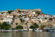Το φρούριο της Καβάλας / Το φρούριο βρίσκεται στην κορυφή της πιο παραδοσιακής συνοικία της πόλης της Καβάλας στην κορυφή της χερσονήσου της Παναγίας ή Παλιάς Πόλης όπως είναι γνωστή, με θέα που κόβει την ανάσα.