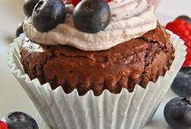 Mini brownie fondenti con panna montata ai mirtilli e frutti di bosco