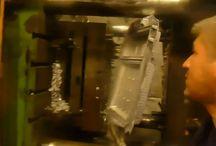 Alüminyum Döküm İmalat Videoları / Hizmetlerimiz alüminyum enjeksiyon döküm sonrası Kesme, kumlama, vibrasyon, torna, cnc işleme, yıkama ve kurulama, paketleme ve yurt içi ve yurt dışı lojistik operasyonlarını da kapsamaktadır.