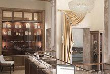 Дизайн интерьера ювелирного магазина в стиле классика / Пожелания заказчика: создать дизайн интерьера ювелирного магазина в стиле классика, в котором роскошь убранства помещения подчеркивала эксклюзивность украшений, в нем представленных.