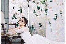 A spring wedding/ Tavaszi esküvő / Gyakran már február végétől - márciustól, egészen május végéig tartó időszak, bizsergető meleggel, langy - édeskés szellővel, pattanó rügyekkel, virágba boruló részletekkel. Tavasz beköszöntével életre kél a téllel elkényelmesedett lélek és untalanul válogat az élénk tulipánok, üde illatú jácintok, gyöngyfehér nárciszok, bólogató hunyorok, édes bazsarózsák és boglárkák tömkelege között...   Tavaszi esküvői hangulatok.