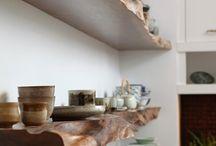 prateleiras em madeira natural