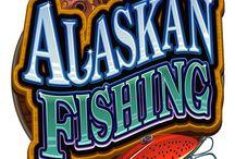"""Alaskan Fishing / Ottieni la giusta combinazione di simboli su Alaskan Fishing per attivare la partita bonus """"Pesca a mosca"""": lancia la lenza e stai a vedere che pesce abbocca: piccolo, medio o grande? Ciascuno ti premierà con una diversa quantità di monete. Il jackpot di questa video slot è un incredibile 1.215.000 monete."""
