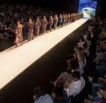 Pasarela SP Pro - Beatriz Camacho / La pasarela SP PRO - Beatriz Camacho predominan las cálidas y tenues gamas en verdes, naranjas y amarillos, y el movimiento de los cortes que hace simetría con el dibujo mismo al usar doble faz versatiliza los looks. El diseño de las telas, los cortes más lineales y arquitectónicos, la escogencia de sedas, transparencias que confluyen con técnicas como los bordados y trocados le dan vida a la propuesta que se enriquece con el juego irregular de los movimientos. http://goo.gl/5xxgiR