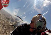 Erick Hansen / Eric ha sido piloto por 20 años y ha volado un promedio de 3,200 horas en un aproximado de 35 aviones diferentes.   Cuando no vuela, Eric es dentista de tiempo completo así como instructor certificado de vuelo y también instructor de vuelo aerobático.  Eric formo parte del equipo Snowbirds (Fuerza Aérea Canadiense), actualmente vuela un F1 Rocket versión modificada.   Este avión es de alto desempeño,  capaz de ascender 3,500 pies por minuto.
