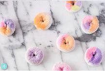 Donut Party / Party-Motto, Kindergeburtstag, 1. Geburtstag, Party-Deko, DIY, Tischdeko, Donut Party Spiele, Candy Bar Inspirationen, Donut Girlanden, Geburtstags-Einladungen
