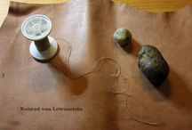 Making your own medieval shoemaker thread / My shoemakers threads are made of several layers of linen threads combined with bee wax and resin. Then fixed by pressing and pulling the thread through a leather piece.  Herstellung eines mittelalterlichen Schusterdrahtes bzw. Pechdrahtes