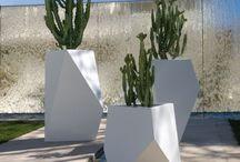 Vases, Pots et Bacs à fleurs / Pour jardin, terrasse, balcon ou fenêtre... pots, bacs et vases aux milles formes, matières et couleurs variées, ... pour extérieur et intérieur.