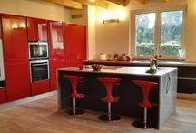 Cucina in Vetro Nero Opaco e Rosso Laccato Lucido
