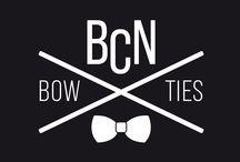 BCN BOWTIES / BCN Bowties es una marca que ofrece auténticas pajaritas, elaboradas artesanalmente y en ediciones limitadas. Con una cuidada estética y un packaging de lujo. Fabricamos de forma artesanal cada una de las pajaritas que forman nuestra colección. Hechas a mano, una a una, con tejidos cuidadosamente seleccionados, edición limitada, cada pieza es única. Todas son reversibles, un lado estampado y otro liso, para combinar en cualquier ocasión.
