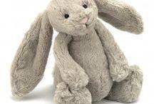 britbee / Britbee, CE ve EN71 standartlarında, anti alerjik peluş oyuncaklar,uyku arkadaşları, patikler, battaniyeler ve aksesuarlar sunar.