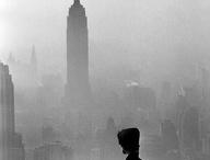 PHOT : Elliott Erwitt / Elliott Erwitt (né le 26 juillet 1928 à Paris) est un photographe américain. Il a photographié l'Europe et les États-Unis, les enfants et les chiens, les stars avec un humour satirique. Il a également produit de nombreuses émissions télés comiques. « Faire rire les gens est une des plus parfaites réussites qu'on puisse espérer » dit-il. Sa photographie USA. North Carolina est devenue une icône de la ségrégation.