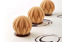 Sfera Pavoni / Sphere sono gli stampi in silicone studiati per creare dessert al piatto e monoporzioni dolci o salate dalla forma tridimensionale. Grazie al sistema ad incastro, la realizzazione delle vostre creazioni diventa veloce e razionale, con un risultato sempre assicurato!