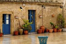 Szicília - Olaszország / Szicília Olaszország legismertebb vidéke. Maffiacsalád látogatását nem ígérjük fakultatív programként, de végtelen tengert, vadregényes sziklákat, egy nagy adag jókedvet és a legfinomabb olasz fogásokat igen. Irány Szicília: http://www.divehardtours.com/szicilia-nyaralas/