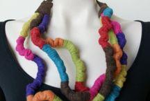 Sieraden van vilt & Stof / Mooie zachte sieraden / kettingen/ broches van vilt en overige stoffen.