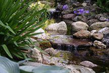 Natuurlijke Tuin / Al weer enkele jaren geleden is de aanleg van deze natuurlijke tuin gerealiseerd. De tuin past perfect bij het huis, de omgeving en de wensen van de bewoners. Er zijn veel verschillende materialen en planten gebruikt.  Deze tuin is aangelegd door: Lensen Hoveniers!