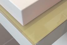 Wastafels met glas / Met een glazen blad maak je van je wastafelmeubel een origineel ontwerp. Makkelijk in onderhoud en voor ieder ontwerp een passende kleur.