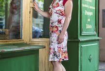 Kleid Wanda / Das gerade geschnittene, knielange Jerseykleid mit kurzen eingesetzten Ärmeln besticht durch den raffinierten Knotenausschnitt, der ein tolles Dekolleté zaubert. Der obere Rücken ist leicht transparent mit Spitze gearbeitet und der Halsausschnitt mit Schrägstreifen eingefasst.