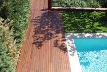 Tarima de madera natural en una piscina de vivienda particular