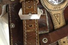 v7 -strap Armbänder für Uhren und Taschenuhren / V- steht für vintage look im Stiel von Militär, Marine - und Racer Uhrenbänder der 20er - 70er Jahre. Um den besonderen vintage-look zu erschaffen, werden ausschließlich Materialien von gebrauchten, alten Aktentaschen und Reisekoffern aus echtem Leder verwendet.
