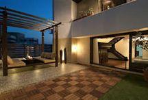 Pátios e decks de madeira / Procura inspiração para a varanda, terraço ou zona da piscina? Um pátio com deck de madeira deixa tudo mais aconchegante e charmoso, em qualquer estação do ano. Inspire-se com a homify!
