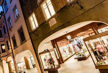 Runggaldier Geschäft/Negozio / Das Trachten- & Modeeinkaufserlebnis in der Meraner Altstadt. / Il punto di riferimento per l'abbigliamento tradizionale e tendenze moda nel centro storico di Merano.
