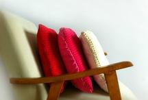 Kolekcja Summer Time / Kolekcja Summer Time: Rapsberry – Cherry – Sandy   to jednolite kolorystycznie, ale nie nudne, poduszki dla Waszych wnętrz, tarasów i ogrodów oraz wieszaki na ubrania, które ożywią każdą szafę! Poduchy i wieszaki swoimi kolorami dojrzałej wiśni, słodkiej maliny i delikatnego piasku,  przez cały rok mają nam przypominać o lecie!…