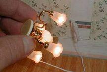 Miniature Tuts - lights / how to electrify (put lights on) a dollhouse or miniature settings.  Como instalar iluminação em uma dollhouse ou mini cenários.