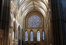 Gotyk w różnych częściach Europy - porównanie / Na tej tablicy znajdziesz materiały, które pomoga Ci zrozumieć, czym różni się architektura gotycka we Francji, Anglii, Włoszech i Polsce.