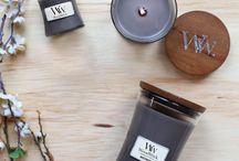 WoodWick Core / Świeczki zapachowe WoodWick® posiadają specjalnie zaprojektowany przez Virginia Candle Company, naturalny drewniany knot.  Dzięki temu, wydają one kojący dźwięk przypominający skwierczenie drewna w domowym kominku. Zastosowanie drewnianego knota oznacza również dużo szybsze uwalnianie zapachu - roztopiony wysokiej jakości wosk otrzymany jest 5 razy szybciej w porównaniu z tradycyjnym bawełnianym knotem, paląc się przy tym długo, równo i czysto.