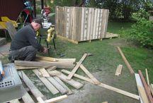 Leikkimökki trukkilavoista; Pallet house / Leikkimökkiin on käytetty kierrätettyä materiaalia; trukkilavoja, ylijäämä peltiä, lautoja yms. Ainostaan oven saranat jouduttiin hakemaan kaupasta.