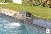 Reportage photo : une grande piscine rectangulaire dans les champs entourée d'ardoise / Cette piscine rectangulaire très tendance, avec sa lame d'eau et son liner noir granité répond parfaitement à la terrasse en dalles gris anthracite.