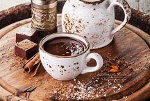 Kávé, sütik, csészék.