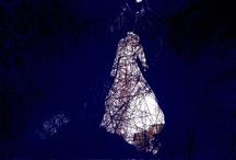 Japonesca en la expo de Chiharu Shiota