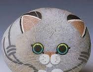Gatito pintado en una piedra